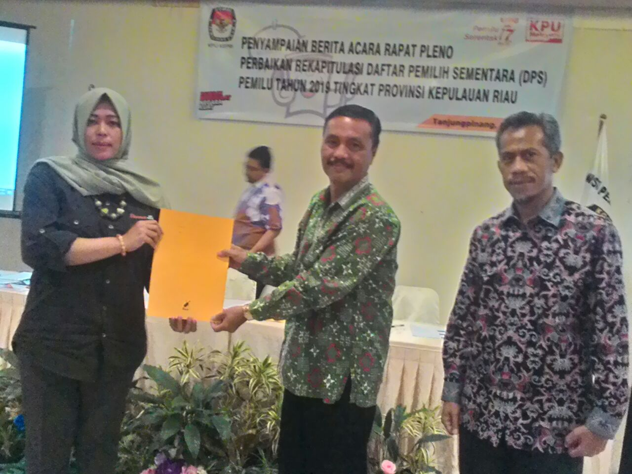 Kepala Bidang Politik Dalam Negeri Badan Kesbangpol Kepri Elman Krisos, menerima berita acara rapat pleno perbaikan Rekapitulasi DPS Pemilu Tahun 2019 dari ketua KPU Kepri Sriwati, di Hotel CK Tanjungpinang, Sabtu (23/6). (Foto : Sugiarto doso)